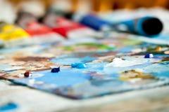 Pintura acrílica na paleta fotos de stock