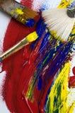 Pintura acrílica y cepillos abstractos en la lona vista desde arriba Foto de archivo libre de regalías