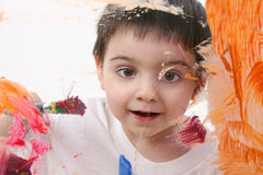 Pintura adorável do menino da criança no vidro Imagens de Stock Royalty Free
