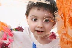 Pintura adorable del muchacho del niño sobre el vidrio imágenes de archivo libres de regalías