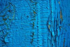 Pintura agrietada en una pared de madera Imagenes de archivo