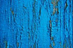 Pintura agrietada en una pared de madera Foto de archivo