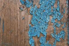 Pintura agrietada en una pared de madera Pared de tablones de madera con los rastros de la pintura Fotos de archivo