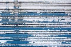 Pintura agrietada en una puerta del metal Imagen de archivo libre de regalías