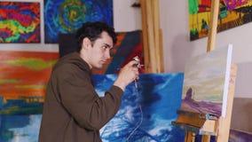 A pintura airbrushed punhos do artista video estoque