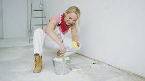 Pintura amarela de mistura fêmea de sorriso da parede vídeos de arquivo