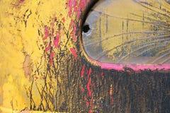 PINTURA AMPOLLADA EN EL COCHE VIEJO DEL VINTAGE CON LA VENTANA AGRIETADA Foto de archivo
