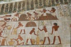 Pintura antiga na parede em sepulturas egípcias imagens de stock