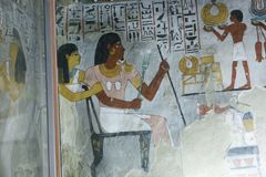 Pintura antiga na parede em sepulturas egípcias fotografia de stock