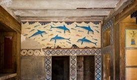 Pintura antigua de la cultura de Minoan en la piedra de los delfínes que nadan en Knossos, Creta, Grecia foto de archivo