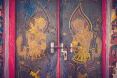 Pintura antigua en una puerta de madera vieja tallada en Tailandia imagen de archivo libre de regalías