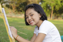 Pintura da menina dentro no parque fotografia de stock