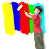 Pintura asiática del rodillo de pintura del uso del muchacho Foto de archivo