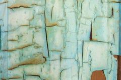 Pintura azul agrietada en una puerta de madera imagen de archivo