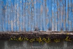 Pintura azul de la peladura en la madera que descansa sobre la madera Imagen de archivo