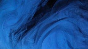 Pintura azul del color del universo que vierte en agua Colores de acrílico y tinta en agua Abstraiga el fondo del marco Colores y almacen de metraje de vídeo