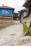 Pintura azul en la arquitectura de piedra Koprivshtitsa en Bulgaria Imagen de archivo libre de regalías