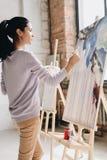 Pintura bonita da mulher no estúdio Fotografia de Stock