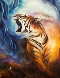Pintura bonita do aerógrafo de um tigre rujir em um cos abstrato Imagem de Stock