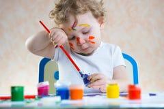 Pintura bonito da criança pequena fotografia de stock