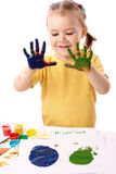 Pintura bonito da criança usando as mãos Foto de Stock Royalty Free
