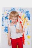 Pintura bonito do rapaz pequeno com escova escola pré-escolar Educação creatividade imagem de stock