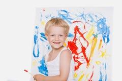 Pintura bonito do rapaz pequeno com escova escola pré-escolar Educação creatividade Fotografia de Stock Royalty Free