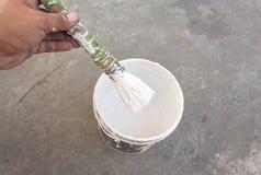 Pintura branca com escova de pintura Imagens de Stock