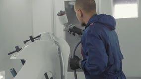 Pintura branca de pulverização do auto pintor no para-choque do sobressalente do carro na cabine especial filme