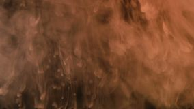 A pintura branca derrama lentamente na água em um fundo preto, fumo na obscuridade vídeos de arquivo