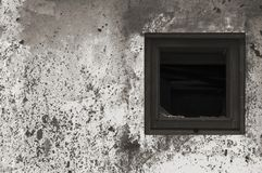 Pintura branca preta cinzenta oxidada envelhecida velha da parede da cabana da barraca, quadro de madeira quebrado de vidro de ja fotografia de stock