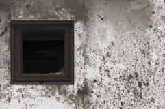 Pintura branca preta cinzenta oxidada envelhecida velha da parede da cabana da barraca, quadro de madeira quebrado de vidro de ja foto de stock royalty free