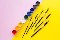 Pintura, cepillo, rosa y fondo amarillo fotos de archivo libres de regalías