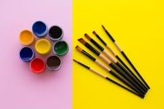 Pintura, cepillo, rosa y fondo amarillo foto de archivo libre de regalías
