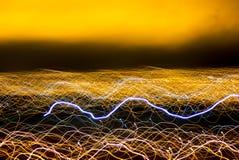 Pintura clara borrada, sumário do equipamento de iluminação Pintura de néon amarela abstrata Formas redondas do brilho de Bokeh L fotografia de stock