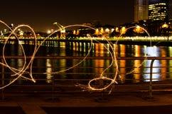 Pintura clara na noite pelo rio em Puerto Madero imagem de stock royalty free