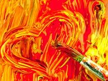 Pintura colorida misturada na paleta Forma suja da escova e do coração imagem de stock royalty free