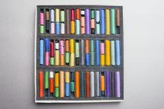 A pintura colorido desenha a cor pastel em um fundo cinzento criação Fotografia de Stock