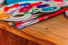 Pintura com escovas em uma tabela fotografia de stock royalty free