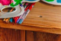 Pintura com escovas em uma tabela fotos de stock