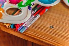 Pintura com escovas em uma tabela imagens de stock royalty free