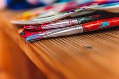 Pintura com escovas em uma tabela fotografia de stock