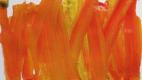 Pintura con la pintura brillante del aguazo de una hoja de papel Creatividad positiva vídeo