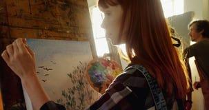 Pintura confiada del artista en la lona 4k metrajes