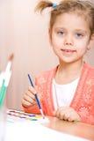 Pintura consideravelmente caucasiano da aguarela da criança Imagens de Stock