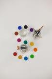 Pintura da aquarela e escovas de pintura em uns frascos Fotos de Stock