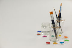 Pintura da aquarela e escovas de pintura em uns frascos Imagens de Stock Royalty Free