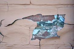 Pintura da casca e texturas coloridas em uma parede de tijolo Foto de Stock Royalty Free