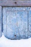 Pintura da casca na porta velha na neve Um teste padrão do material azul rústico do grunge abstraia o fundo Foto de Stock