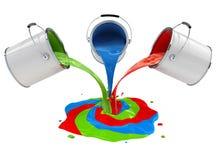 Pintura da cor que derrama das cubetas e da mistura Imagem de Stock Royalty Free